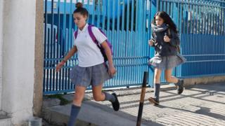 Estudiantes chilenas abandonan la escuela por los temblores.
