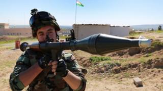 Iraqi Kurdish Peshmerga fighter takes up position at a barracks around the town of Bashiqa (17 February 2016)