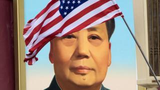 毛泽东像与美国国旗