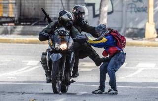Homem é agredido por forças de segurança