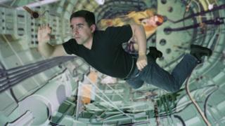 Homem flutuando no espaço