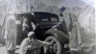 Старики-памирцы впервые увидели автомобиль.