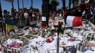 Квіти та прапори на місці теракту на Англійській набережній в Ніцці