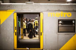 Wakati treni iliwasili mjini Johanneburg alikuwa amepata maumivi ya kujifungua kwa muda saa tano