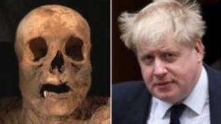 Mumyalanan kadın ve Boris Johnson