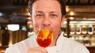 Jamie Oliver com uma taça de bebida