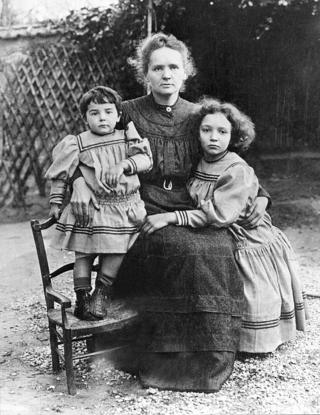 Marie Curie junto a sus hijas