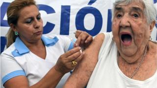 Senhora recebe vacina contra a gripe H1N1