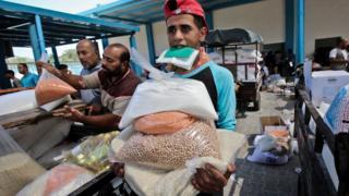 مواطن فلسطيني في غزة يتسلم مساعدات داخل مقر تابع للأمم المتحدة