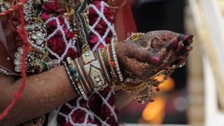 インドで低年齢結婚が多いと人権団体