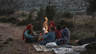 İdlib'den kaçan bazı aileler, Harbanuş köyündeki topraklarda kış koşullarında barınmaya çalışıyor