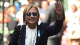 Bi Clinton akiwapungia mkono wanahabari baada ya kuondoka nyumbani kwa bintiye Jumapili