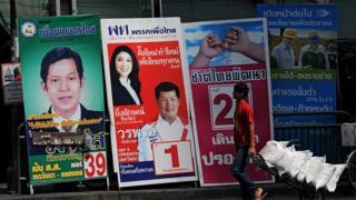 ป้ายหาเสียงเลือกตั้งของพรรคการเมืองต่างๆ ในการเลือกตั้งทั่วไปปี 2554