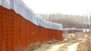 Гигантский забор, построенный Венгрией для защиты от нелегальных иммигрантов, исполнил одну из главных ролей в кампании перед выборами в парламент 8 апреля.