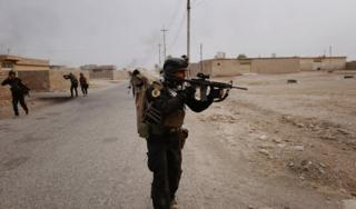Солдаты ищут джихадистов в деревне Тоб Звайя в восьми километрах от Мосула (24 октября 2016 года)