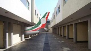 Meme del avión presidencial de México en un estacionamiento
