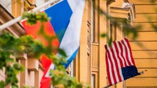 Российский и американский флаги на посольстве