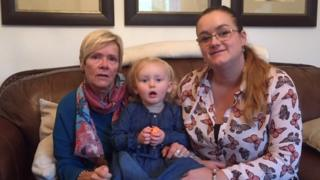Lucy gyda'i mam Lindsay Dutton (dde) a'i mam-gu, Janice Theron