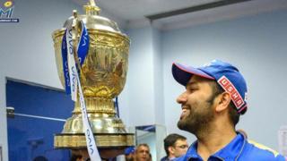 रोहित शर्मा IPL 2019 ट्रॉफीसह