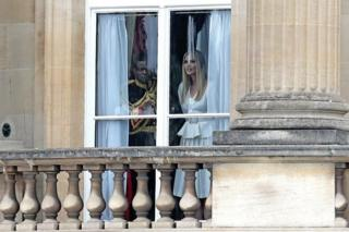 特朗普抵达之前,女儿伊万卡在白金汉宫向外眺望。