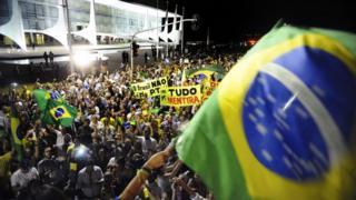 16日夜には約2000人の抗議デモ参加者がブラジリアの大統領府前に集まった