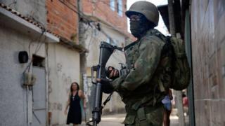 Militar em favela