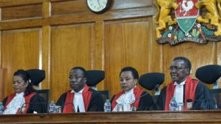 Le juge David Maraga (D) avec des membres de la Cour suprême kenyane