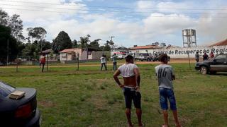 Pessoas na frente do presídio onde mais de 50 pessoas forma mortas no Pará
