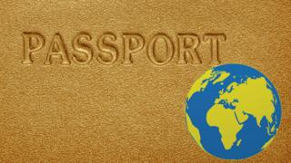 Pasaporte dorado y globo terrestre.