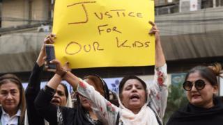 """روی کاغذ نوشته شده """"عدالت برای فرزندانمان"""". فعالان مدنی بارها در پاکستان در اعتراض به تجاوز به کودکان تجمع کردهاند"""
