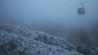 Teleférico sobre el territorio nevado