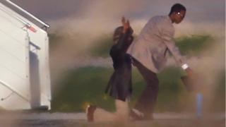 لحظة استسلام خاطفي الطائرة الليبية في مطار مالطا الدولي
