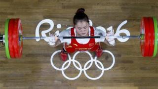 Deng Wei levantó 262 kilos.