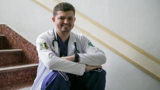Enã Rezende com uniforme de médico
