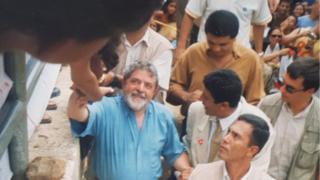 Lula em meio à multidão em Itinga