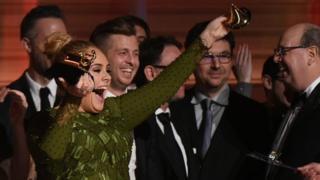 """Mais Adele ne s'est pas contentée de cette déclaration, l'interprète de """"Hello"""" a cassé en deux son grammy."""
