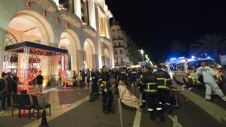 Feridos sendo tratados após ataque com caminhão em Nice, em julho passado