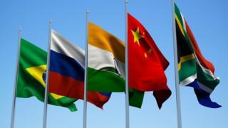 Bandeiras dos países pertencentes ao bloco dos BRICS: Brasil, Índia, China, África do Sul e Rússia