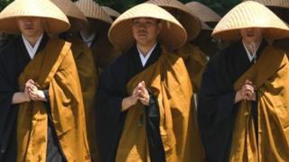 Biksu Jepang memamerkan seberapa lincahnya mereka meskipun memakai jubah.