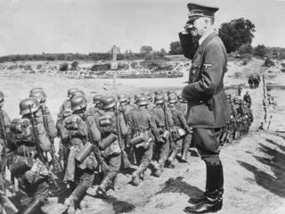 Adolf Hitler đứng gần bờ sông San, gần Jaroslaw, Ba Lan, chứng kiến quân đội phát-xít hành quân về phía Đông. Ngày 01/09/1939, quân Đức tấn công Ba Lan bằng không quân, hải quân, thiết giáp và bộ binh từ phía Tây và Bắc, nhanh chóng tiến tới bao vây thủ đô Warsaw