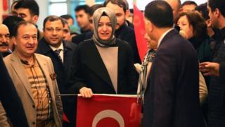 Hollanda'da 15 Mart'taki yapılan genel seçim öncesi referandum kampanyası yapmasına izin verilmeyen Aile Bakanı Fatma Betül Sayan Kaya, İstanbul'a dönüşünde böyle karşılanmıştı.