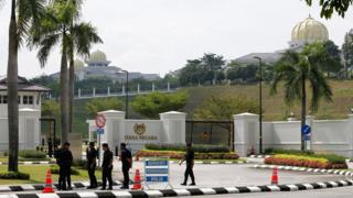 警察在吉隆坡马来西亚国家皇宫外布防(10/5/2018)