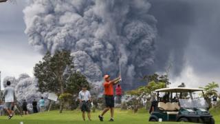 Kilauea Volkanı patlarken bir adam golf oynuyor