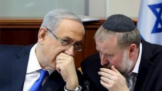 Benjamin Netanyahu (left) and Avichai Mandelblit (file photo)