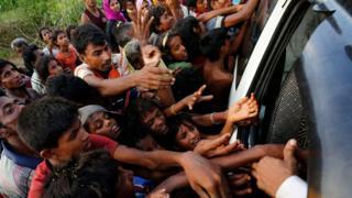 バングラデシュ国境近くで食料を求めるロヒンギャ難民(4日)
