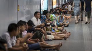 Khoảng 400 người đã tạm trú tại một trạm tàu điện có điều hòa tại Thượng Hải để tránh đợt sóng nhiệt vào 2013