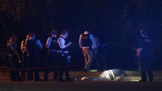 Группа полицейских над телом убитого мужчины
