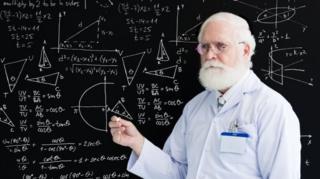黒板を背にした教授