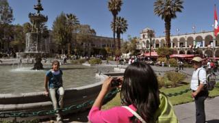 Turistas se toman una foto en una plaza de Arequipa