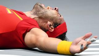 Rafael Nadal celebra la victoria en el piso de la cancha de tenis